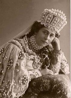 Antonina Nezhdanova in a Russian costume. She was a Russian opera soprano singer. Russian Beauty, Russian Fashion, Russian Folk, Russian Art, Kylie Minogue, Russian Wedding, Russian Ballet, Vogue, Opera Singers