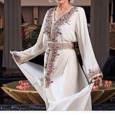 Caftan 2016 - 2017 : Robes & Takchita Haute Couture - Caftan Marocain de Luxe 2017 : Boutique Vente Caftan FatimaZahra Moroccan Caftan, Moroccan Style, Caftan Gallery, Arabic Dress, Middle Eastern Fashion, Medieval Dress, Boho Outfits, Traditional Outfits, Pretty Dresses