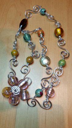 Collier wire e pietre di vetro di vario tipo e  colore.