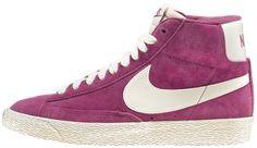Sneaker di ispirazione basket, le Nike Blazer Mid Vintage sono un classico Nike totalmente rinnovato in stile vintage! Tomaia in pelle con logo in pelle su entrambi i lati. Lettering sul retro. Suola in gomma vulcanizzata.    Prezzo: 100,00€    SHOP ONLINE: http://www.aw-lab.com/shop/new-now/nike-w-blazer-mid-suede-vintage-5030415