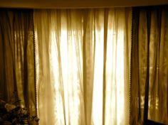 Tendaggio soggiorno luce oro.