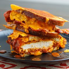 Crispy Fried Buffalo Chicken Grilled Cheese Sandwich Recipe : Crispoy fried buffalo chicken in a grilled cheese sandwich with bacon and plenty of melted cheddar cheese! Buffalo Chicken Grilled Cheese, Buffalo Chicken Sandwiches, Oven Baked Chicken, Baked Chicken Breast, Chicken Breasts, Chicken Wraps, Skillet Chicken, Grill Cheese Sandwich Recipes, Grilled Cheese Recipes