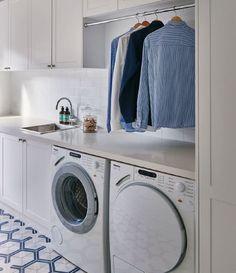 Meubels en roedes boven de wasmachine