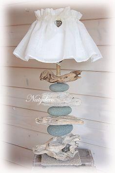 Création NATYDECO lampe en bois flotté et galet en Corse en vente sur http://www.natydecocorse.com/