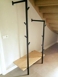 Leuke kapstok, wederom eiken met staal. Mooi op maat gemaakt voor de loze ruimte onder de trap.