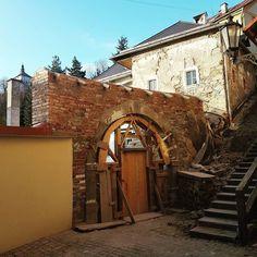 Portal na striebornej ulici v B. Stiavnici sa uz opiera o svoje zaklenky a ocakava svoju branu. #banskastiavnica #stiavnica #gotika #barok #stone #voults #nasaobnova