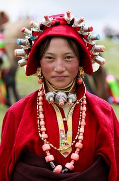 A Tibetan woman (photographed by Özer Dorje) Tibetan Jewelry, Ethnic Jewelry, We Are The World, People Around The World, Costume Ethnique, Nanu Nana, Beauty Around The World, Folk Costume, Costumes