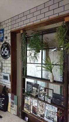 リビングに隣接する和室の障子を撤去し、ディアウォールで間仕切りを作りました。上の部分は窓枠にしたので明るくなりました!好きな雑貨や本、フェイクグリーンを飾ってお気に入りのスペースです♪