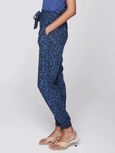 Tummansininen Housut, solmittava vyötärö ja taskut | Naiset | Housut osoitteessa Cubus.com Parachute Pants, Harem Pants, Fashion, Moda, Harem Jeans, Fashion Styles, Harlem Pants, Fasion, Harem Trousers