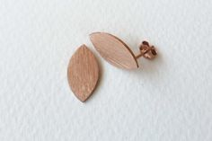 These easy-wearing studs are inspired by organic leaf shapes. They measure 20mm and have a textured finish. Material: Sterling Silver, Rose Gold plated.