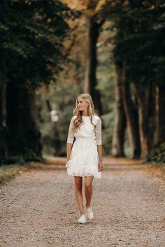 Ibi kjolen er syet i det smukkeste stof med prikker. Kjolen er smart og sporty og vi elsker flæserne på skørtet som gør kjolen ekstra trendy! Skort, White Dress, Dresses, Fashion, Vestidos, Moda, Fashion Styles, Dress, Fashion Illustrations