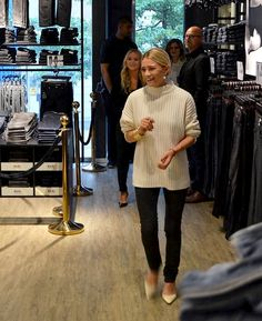 "celebinspire: ""Mary-Kate and Ashley Olsen "" Ashley Olsen Style, Olsen Twins Style, Olsen Twins 2017, Mary Kate Ashley, Mary Kate Olsen, Elizabeth Olsen, Olsen Fashion, Work Fashion, Curvy Petite Fashion"
