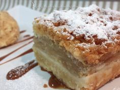 Szarlotka, tarta de manzana típica de Polonia / 500 gr de harina – 1 cucharadita de levadura en polvo – 1 vaso de azúcar glass – 250 gr de mantequilla – 6 yemas de huevo grandes – 2 cucharadas de nata para montar Para el relleno: – 5 ó 6 manzanas – 1 vaso de azúcar – 2 cucharaditas de canela molida – 3 cucharadas de zumo de limón Para espolvorear por encima: – Azúcar
