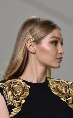 How hair adornments became the new statement earrings The answer to upping the ante on your outfit? Gigi Hadid Outfits, Gigi Hadid Style, Hairstylist Quotes, Hairstylist Tattoos, Style Urban, Runway Hair, Facon, Mannequins, Prom Hair