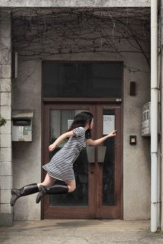 levitation photo portraits by natsumi hayashi Creative Photography, Art Photography, Flying Photography, Japanese Photography, Photography Tricks, School Photography, Exposure Photography, Amazing Photography, Levitation Photography
