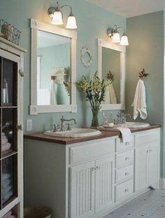 schöne badideen - zwei spiegel mit weißen rahmen und einem blumenstrauß - 77 Badezimmer-Ideen für jeden Geschmack