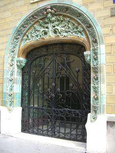 Immeuble Les Chardons (1903) 2, rue Eugène Manuel Paris 75016. Architecte : Charles Klein, céramiste : Emile Muller. Porte d'entrée rue Claude Chahu.