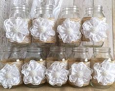 3 coral arpillera y encaje natural cubiertos vasos tarro de masón, boda, despedida de soltera, decoración de la mesa de bebé ducha  Hice este adorable floreros con cordones de color natural, botones de plástico, arpillera de color coral, marfil dos arcos.  Frascos de tamaño del cuarto de galón: 32 OZ 3,78 x 7,0  (flores no incluidas)  Después de recibir pago, por favor espere aproximadamente 2 a 3 semanas de tu artículo para ser realizadas y preparadas para su envío.  Tarros de Mason son…