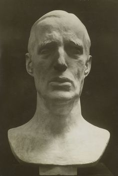 Fotografia de uma escultura do príncipe Gabriel Constantinovich (Gavriil…