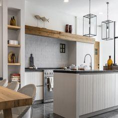 Uitstekende balk in de keuken - Lilly is Love Kitchen Dinning Room, Home Decor Kitchen, Interior Design Kitchen, New Kitchen, Beautiful Kitchens, Cool Kitchens, Style At Home, Small Space Kitchen, Küchen Design