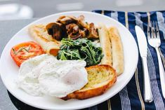 Thinking of starting the keto diet? As with any restrictive diet, keto diet comes with a set of challenges and list of foods to eat and not to eat. This keto diet meal plan has all you need to drive and keep your body in the state of ketosis. Egg Recipes, Low Carb Recipes, Cake Recipes, Eat Breakfast, Breakfast Recipes, Breakfast Healthy, Free Breakfast, Sauce Pour Porc, Keto Diet Guide