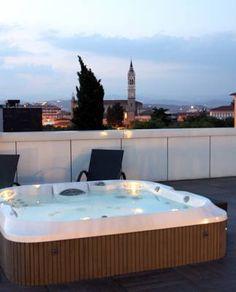 Un spa Jacuzzi® de la gamme J-300™ semi encastré dans un toit terrasse. Hôtel Corte Ongaro, Verone, Italie