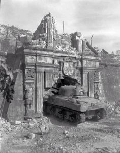 The Battle of Manila began. This is an Sherman tank entering Fort Santiago's Sta. Lucia Gate after almost a month of bloody urban warfare. Palawan, Fort Santiago, Leyte, Sherman Tank, Battle Tank, War Machine, Military History, World War Two, Wwii