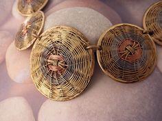 Conjunto collar y pendientes etnicos elaborados artesanalmente con hilos de cobre, bronze y alpaca siguiendo los patrones tradicionales de cesteria.    Proceden del norte de India