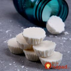Homemade Shower Vapors Stuffed up? Pop one of these easy-to-make vapor bombs into the shower--as it melts, it turns your shower into a soothing steam room & helps relieve congestion. Cold Remedies, Natural Home Remedies, Tiphero Recipes, Recipies, Bath Boms, Shower Bombs, Get Well Soon Gifts, Organic Essential Oils, Organic Oils