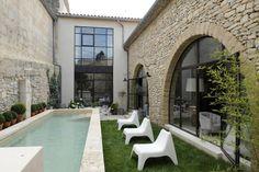 piscine et mur de pierre
