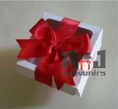 Caja para cupcake Modelo : cb1f Materiales: Cartulina, acetato Aplique: lazo