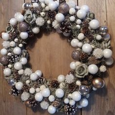 Kerstkrans gemaakt van allerlei spulletjes van de Action met een strokrans als basis krans.