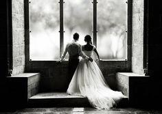 photo de mariage noir et blanc romantique: étreinte tendre