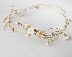 tiare en fil doré et fleurs blanches pour la coiffure de mariée. par Bridget sur Etsy
