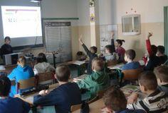 """Na lekcjach języka angielskiego nasi koledzy i koleżanki nauczyli nas jak korzystać z tablicy interaktywnej. Z jej i ich pomocą wykonywaliśmy różne zadania. Najważniejsze było, aby pokazać wszystkim chętnym (jeśli któreś z dzieci zgłaszało się, by spróbować zmierzyć się z tym drogim sprzętem) """"co"""" i """"jak"""". Niektórzy już umieli, bo prowadzili zajęcia dla najmłodszych podczas """"Targów 2.0″."""