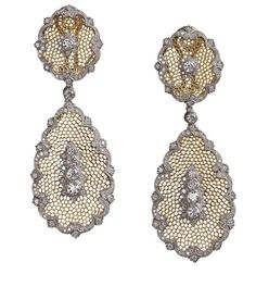 Il mondo Buccellati  Orecchini pendenti con ovale e goccia in oro giallo, sforati a nido d'ape. Al centro,castoni in oro bianco modellato con brillanti su rosoni, sempre in oro bianco e brillanti. I bordi sono formati da un motivo ornato alternato a sagomette in oro bianco e brillanti. Il castone in oro bianco rende i pendenti staccabili. 240 diamanti tondi taglio brillante ct. 1,44 4 diamanti tondi taglio brillante ct. 0,32 2 diamanti tondi taglio brillante