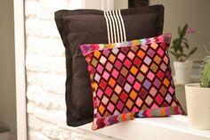 Cojines bordados a mano con hilos cien por cien algodón en telar tradicional de cintura. México.