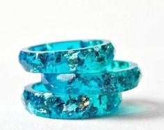 Anello in resina blu con fiocchi rame fedina sottile di Resity