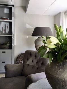 Nu online: binnenkijken in de prachtige woning van Ingrid! #landelijkestijl #landelijkinterieur #interieur #ideeën #interiorideas #hometour French Country Farmhouse, Shades Of Grey, Recliner, Cosy, Accent Chairs, Armchair, Furniture, Home Decor, Environment