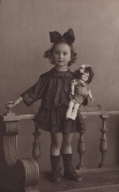 Выбрала, чтоб фото были предположительно после революции. Примерно раскидала их по времени. Например, первая вполне может быть нач. 20-х. 2 3 4 5 6 7 странная кукла, с очень длинными руками и широкими плечами 8 эта хоть и маленькая фотография, но мне чем-то нравится очень 9 10 11 12 (11а) 13 14 15…