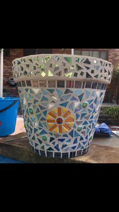 Mosaic pot! Mosaic Planters, Mosaic Flower Pots, Mosaic Garden, Diy Planters, Planter Pots, Mosaic Crafts, Mosaic Projects, Projects To Try, China Pot