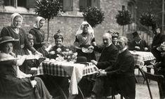 Klederdracht : Aantal mensen in Zeeuwse klederdracht bijeen aan een tafel tijdens een tentoonstelling van Zeeuwse klederdracht in Middelburg 1913 #Zeeland #Cadzand #ZuidBeveland #katholiek