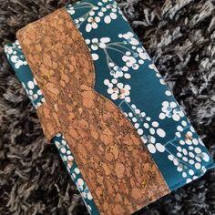 l'Atelier de l'Ange bleu sur Instagram: Et voilà une autre version du portefeuille Complice de Sacôtin. L'occasion de tester le liège, dont je suis désormais fan. 😍 Quant au…