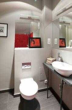 Dwa lustra w łazience