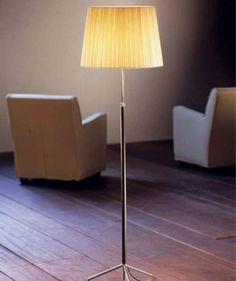 Lámpara de pie de salón de Santa & Cole diseñada por Jaume Sans