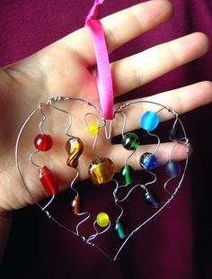 Rainbow Beaded Heart - a suncatcher Crafts To Make, Crafts For Kids, Arts And Crafts, Carillons Diy, Wire Jewelry, Beaded Jewelry, Jewellery, Diy Wind Chimes, Wire Crafts