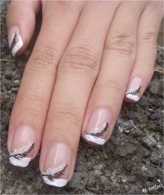 Nail art - plumes sur french manucure