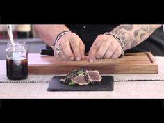 Se volete cambiare stile di cucina e cimentarvi a preparare una ricetta nuova di origine Giapponese, il tonno Tataki, è un'idea davvero perfetta. Oltre a presentarsi benissimo in tavola per il suo aspetto delizioso e invitante, il tonno Tataki ha un sapore davvero unico e irresistibile. Per la preparazione di questo piatto, vi serviranno degli ingredienti specifici e un pizzico di pazienza e precisione, fondamentali per la riuscita del piatto. Per scoprire la ricetta del tonno Tataki…