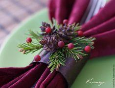 Сегодня я предлагаю создать красивый аксессуар для праздничного стола – кольца для салфеток. Это маленькое украшение поможет сделать ваш стол ярким и по-настоящему нарядным. Приступим. Для работы нам понадобится: холодный фарфор (или самозатвердевающая полимерная глина); масляные краски: травяная зеленая, краплак красный прочный, умбра жженая, желтая светлая; пастель темно-коричневая; лента…