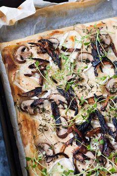 Blätterteig-Tarte mit Champignons, Ziegenkäse und karamellisierter Zwiebeln…